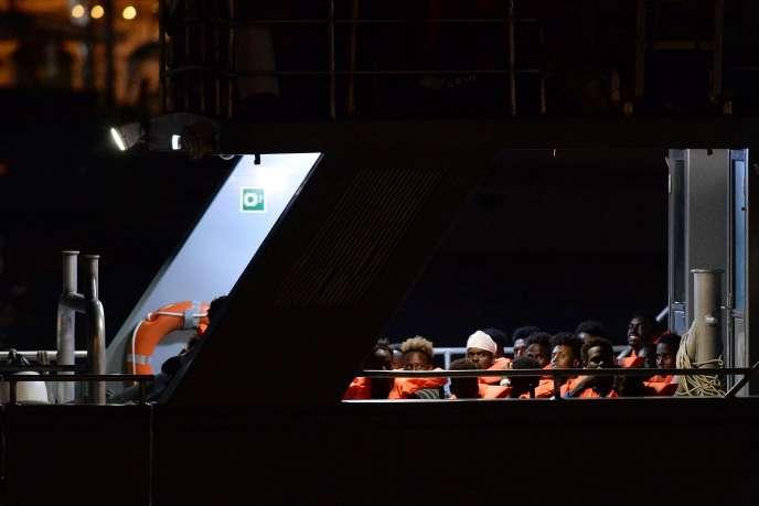Des migrants, secourus par le navire de sauvetage «Alan-Kurdi», de l'ONG allemande Sea-Eye, sont amenés à La Valette (Malte), le 7 juillet.