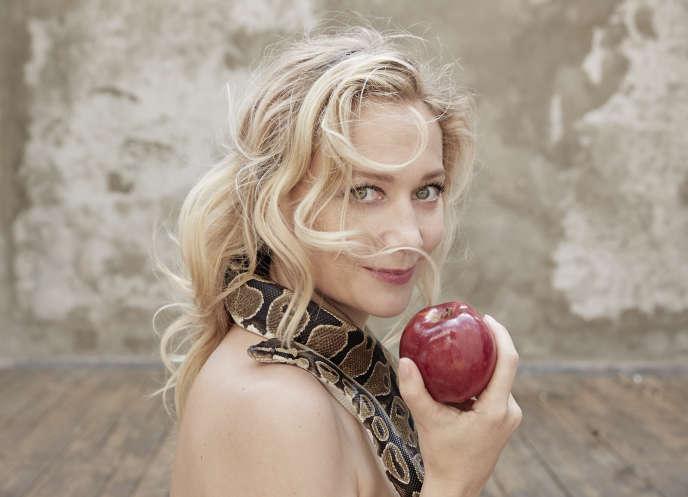 L'ex-avocate Caroline Vigneaux est en tournée en France avec son spectacle« Croque la pomme».