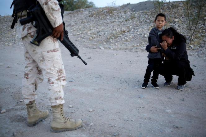 Lety Perez, migrante guatémaltèque, supplie un soldat mexicain de la laisser franchir la frontière, à Ciudad Juarez (Mexique), le 22 juillet.