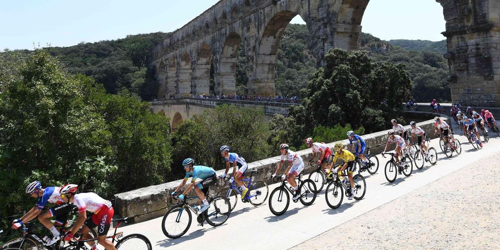 La traversée du Pont du Gard lors de la 16e étape.