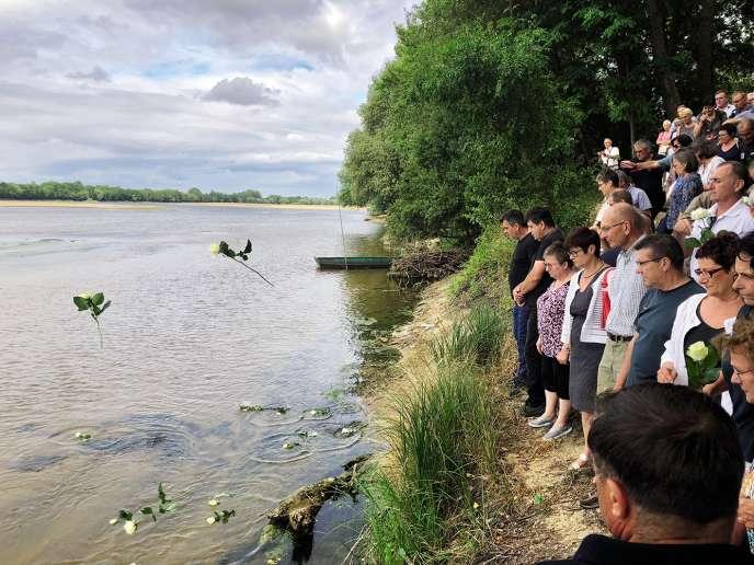Les habitants de Juigné-sur-Loire se recueillent sur les rives de la Loire, où 19 enfants s'étaient noyés en 1969, le 18 juillet.