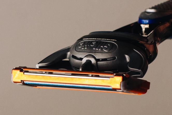 Le Gillette Fusion5 a cinq lames en façade et une lame unique à l'arrière, ce qui permet de réaliser des finitions précises autour des pattes et des bords de la barbe.