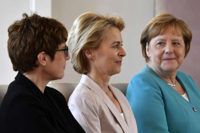 Annegret Kramp-Karrenbauer, ministre de la défense, Ursula von der Leyen, présidente de la Commission européenne et Angela Merkel, le 17 juillet.