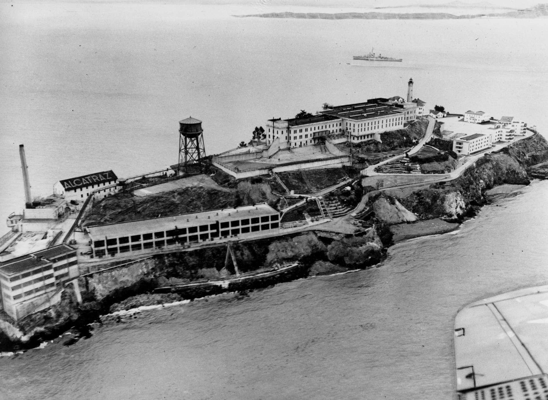 Alcatraz, surnommée le« Rock » était une prison militaire en 1907. Elle a été remise à disposition de la justice civile en 1934.