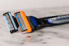 Les rasoirs manuels pour homme Gillette Mach 3 et Fusion 5 remportent notre comparatif. Le Fusion 5 est équipé d'une lame de finition qui permet de peaufiner les bords de la barbe.