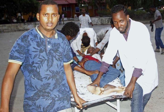 Un homme blessé est évacué après l'attentat qui a lieu à Mogadiscio le 24 juillet.