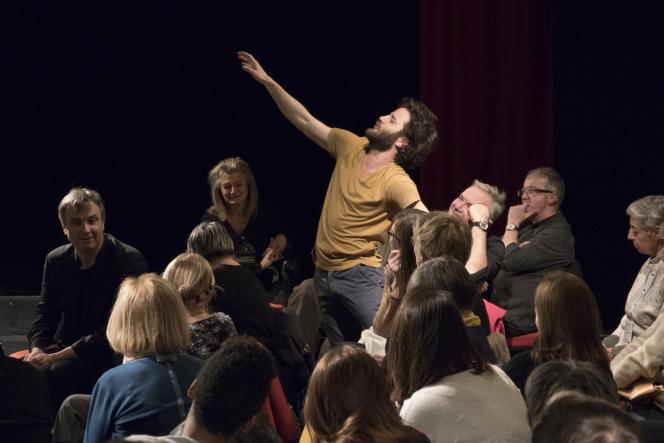 Simon Tanguy évolue parmi les spectateurs dans« Inging».