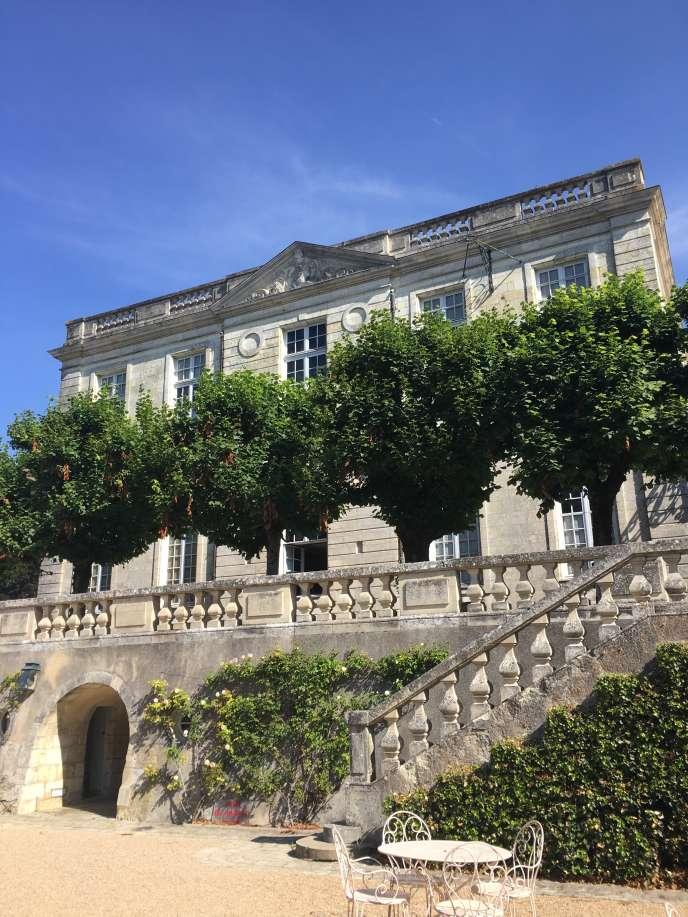 La façade sud du château, donnant sur les communs.