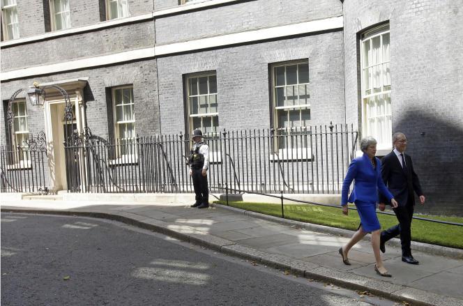 Theresa May quitte, accompagnée de son mari, le 10 Downing Street, le 24 juillet, sans qu'une fois son successeur n'ait prononcé son nom.