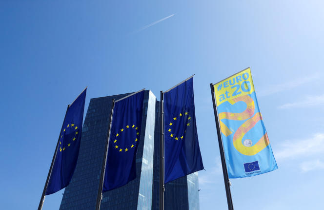 « En zone euro, l'inflation annuelle anticipée à long terme par les marchés financiers a décroché pour atteindre en 2019 des niveaux (+1,2 %) jamais vus et bien plus bas que ceux qui avaient poussé la BCE à lancer ses mesures non conventionnelles. » (drapeaux européens devant la BCE.La zone euro a été créée en 1999.)