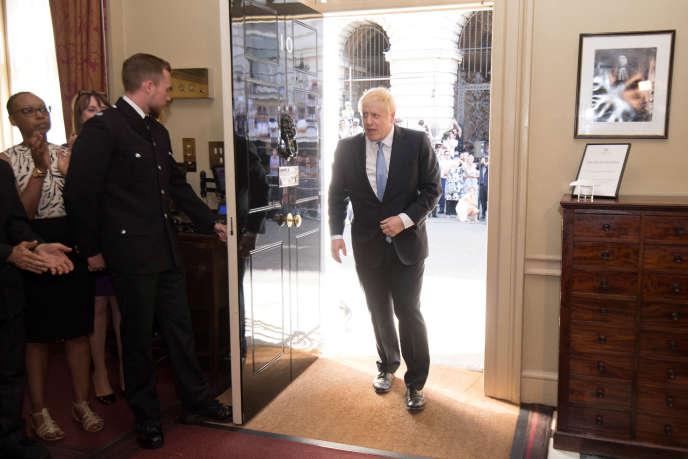 Le nouveau premier ministre britannique, Boris Johnson, entre au 10 Downing Street, à Londres, le 24 juillet.
