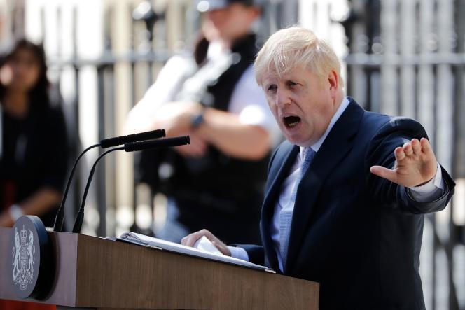 Devant le 10 Downing Street, le tout nouveau premier ministre a prononcé un discours dans lequel il a promis un Brexit dans les 99 jours.