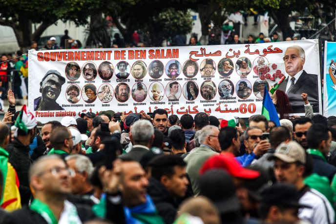 Le 5 avril 2019 à ALger, les manifestants réclament le départ des « 3B» : le président par intérim Abdelkader Bensalah, le président du Conseil constitutionnel Tayeb Belaiz et le premier ministre Nourredine Bedoui.