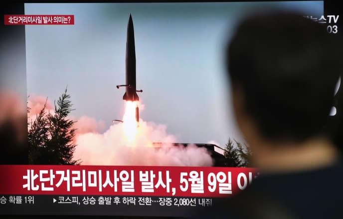 La télévision sud-coréenne montre le lancement d'un missile nord-coréen, le 25 juillet à Séoul, alors que Pyongyang a effectué deux tirs de projectile à courte portée en mer du Japon.