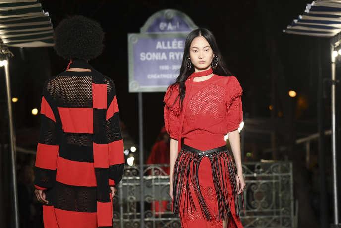 Une mannequin défile avec une création de la collection printemps-été de la marque Sonia Rykiel, à Paris, le 29 septembre 2018.