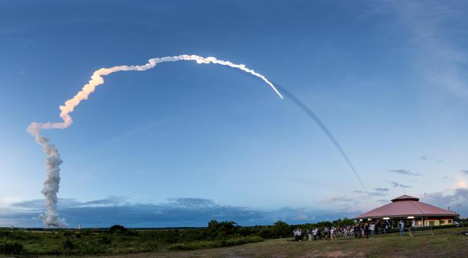 Lancement d'une fusée Ariane 5 à Kourou, en Guyane, le 20 juin.