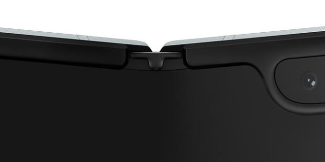 Ce petit capuchon recouvre les pliures hautes et basses de l'écran du Fold. Son rôle est de compliquer la tâche des poussières et liquides cherchant à se faufiler sous l'écran. Auparavant, un petit espace était visible dans certaines conditions.