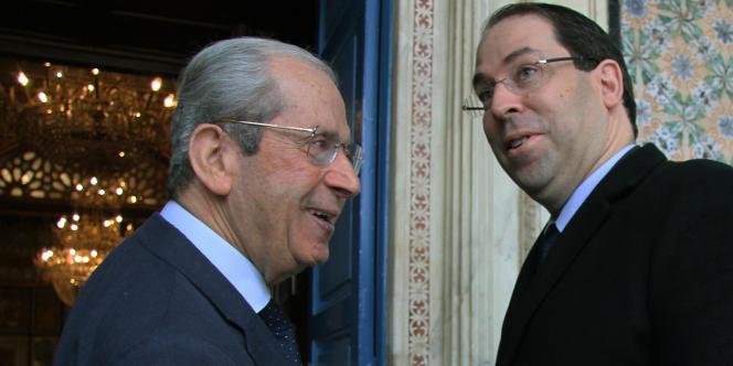 Mohamed Ennaceur (à gauche), le président de l'Assemblée des représentants du peuple, avec le premier ministre Youssef Chahed, va diriger la Tunisie par intérim après la mort, le 25 juillet 2019, du chef de l'EtatCaïd Béji Essebsi.