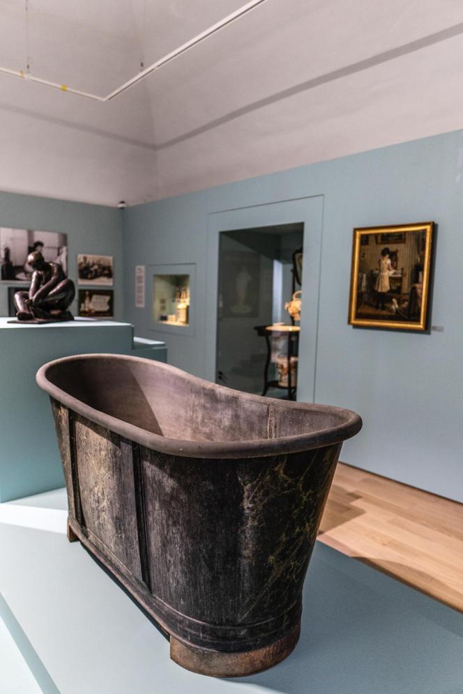 Baignoire du XIXe siècle en métal.