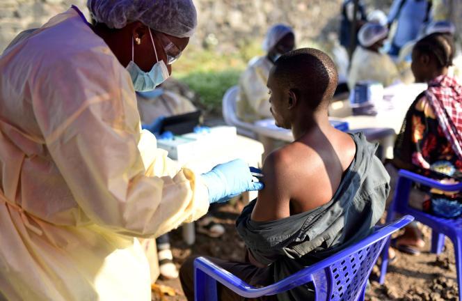 Un homme se fait vacciner contre le virus Ebola à Goma, en République démocratique du Congo, le 17 juillet.