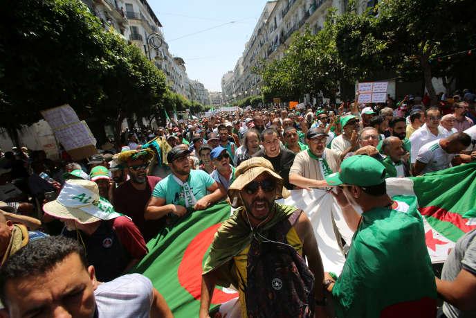 Des manifestants lors de la 23e manifestation antigouvernementale à Alger, en Algérie, le 26 juillet 2019.