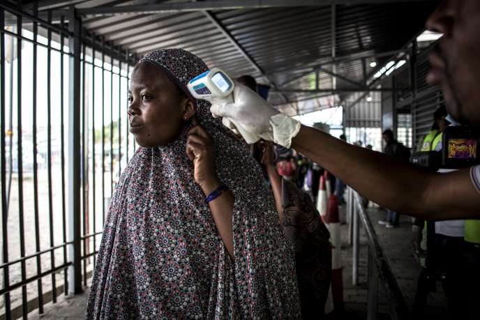 A Goma, dans l'est de la République démocratique du COngo, vérification de la température d'une Congolaise en provenance du Rwanda, frontalier, le 16 juin 2019.