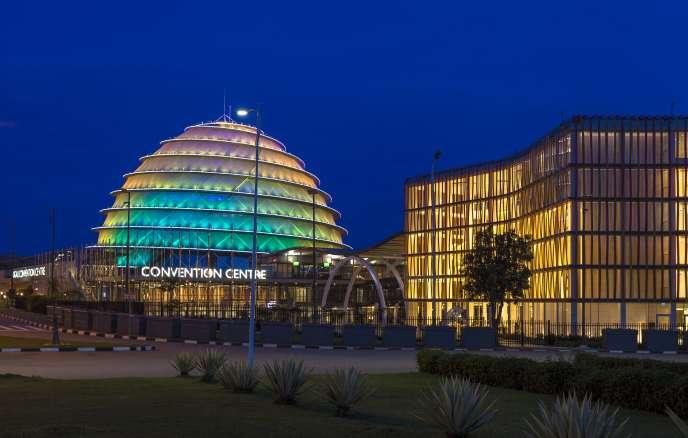 Le Convention Center de Kigali, la capitale rwandaise, inauguré en 2016 et l'hôtel Radisson Blu.