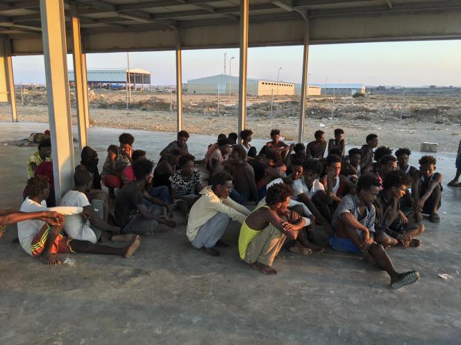 Des rescapés de la pire tragédie en Méditerranée cette année. Plus de 110 migrants sont portés disparus, au large de la Libye, le 25 juillet.