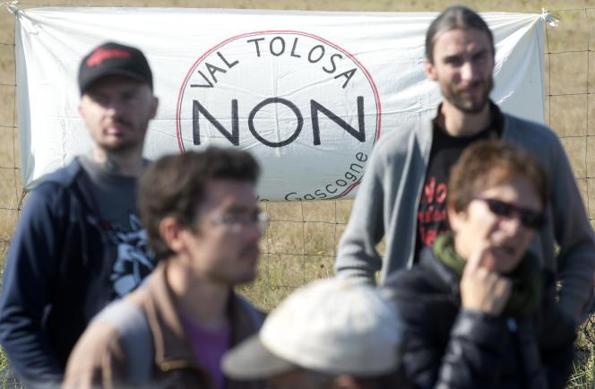 Des opposants à la construction du projet de centre commercial de Val Tolosa, à Plaisance-du-Touch (Haute-Garonne), le 26 septembre 2015.