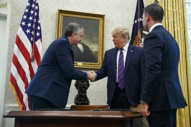 Le président américain Donald Trump sert la main du ministre guatémaltèque de l'intérieur Enrique Degenhart, après la signature de l'accord sur le droit d'asile, dans le bureau ovale, à Washington, le 26 juillet.