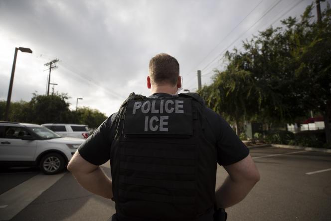Un agent de l'Immigration and Customs Enforcement (ICE), l'agence de contrôle de l'immigration, lors d'une intervention à Escondido, en Californie, le 8juillet 2019.