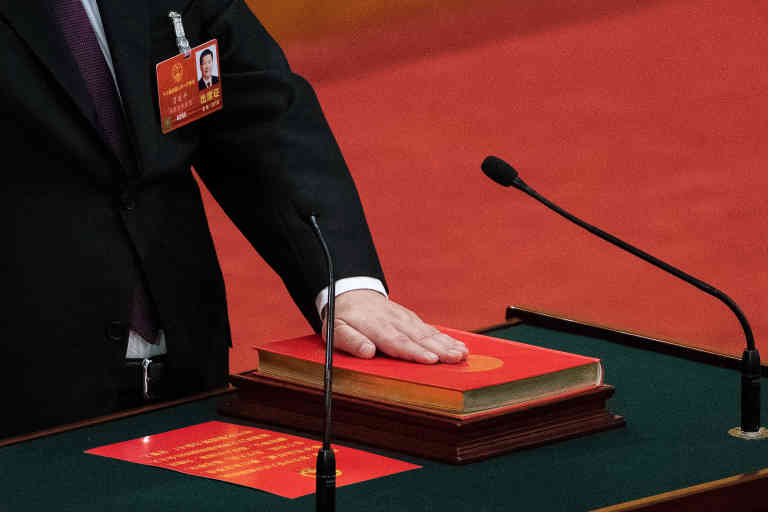 China's President Xi Jinping swears under oath after being elected for a second term during the fifth plenary session of the first session of the 13th National People's Congress (NPC) at the Great Hall of the People in Beijing on March 17, 2018. - China's rubber-stamp parliament unanimously handed President Xi Jinping a second term on March 17 and elevated his right-hand man to the vice presidency, giving him a strong ally to consolidate power and handle US trade threats. (Photo by Nicolas ASFOURI / AFP)