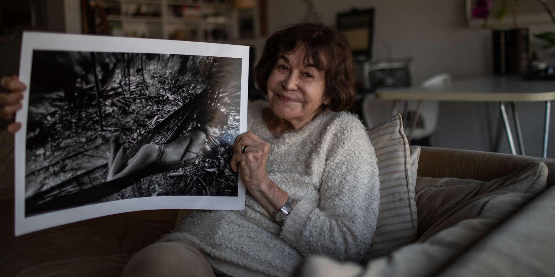SAO PAULO, BRESIL -  24 JUILLET 2019: La célèbre photographe brésilienne Claudia Andujar pose pour un portrait dans son appartement de São Paulo. Andujar a consacré des décennies de sa vie à la documentation photographique des peuples autochtones brésiliens, en particulier du groupe ethnique Yanomami. Elle aura une exposition individuelle à la Fondation Cartier à Paris en décembre 2019. (Photo: Victor Moriayama pour Le Monde).