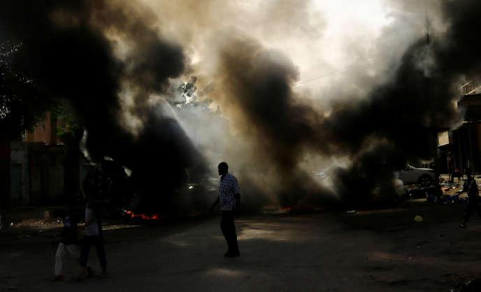 Des manifestants brûlent des pneus lors d'un rassemblement à Khartoum samedi 27 juillet.