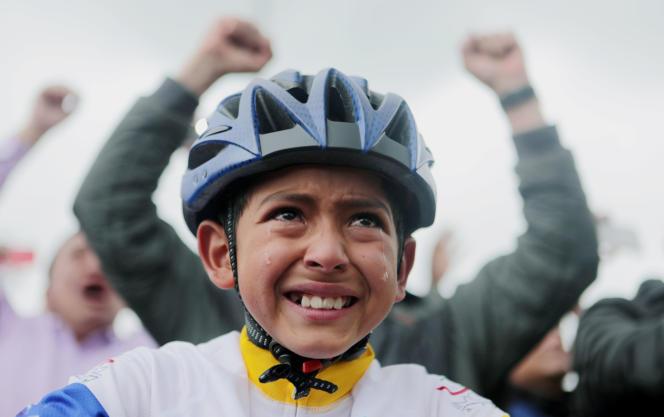 Un jeune Colombien pleure devant un écran géant de Zipaquira, ville natale d'Egan Bernal, qui est au même moment,à 9 000 kilomètres de là, en train de remporter le Tour de France. Allez petit, dans dix ans, c'est ton tour.