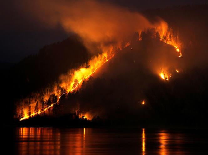 Feu de forêt au bord de la rivière Yenisei, près de la ville sibérienne de Krasnoyarsk, le 21 avril 2011.