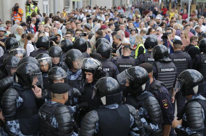 Les forces de l'ordreface aux manifestants de l'opposition, à Moscou, le 27 juillet.