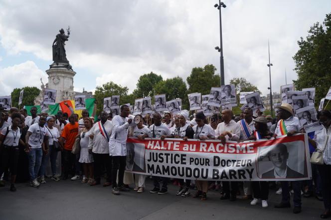 Le cortège passe place de la République, à Paris.