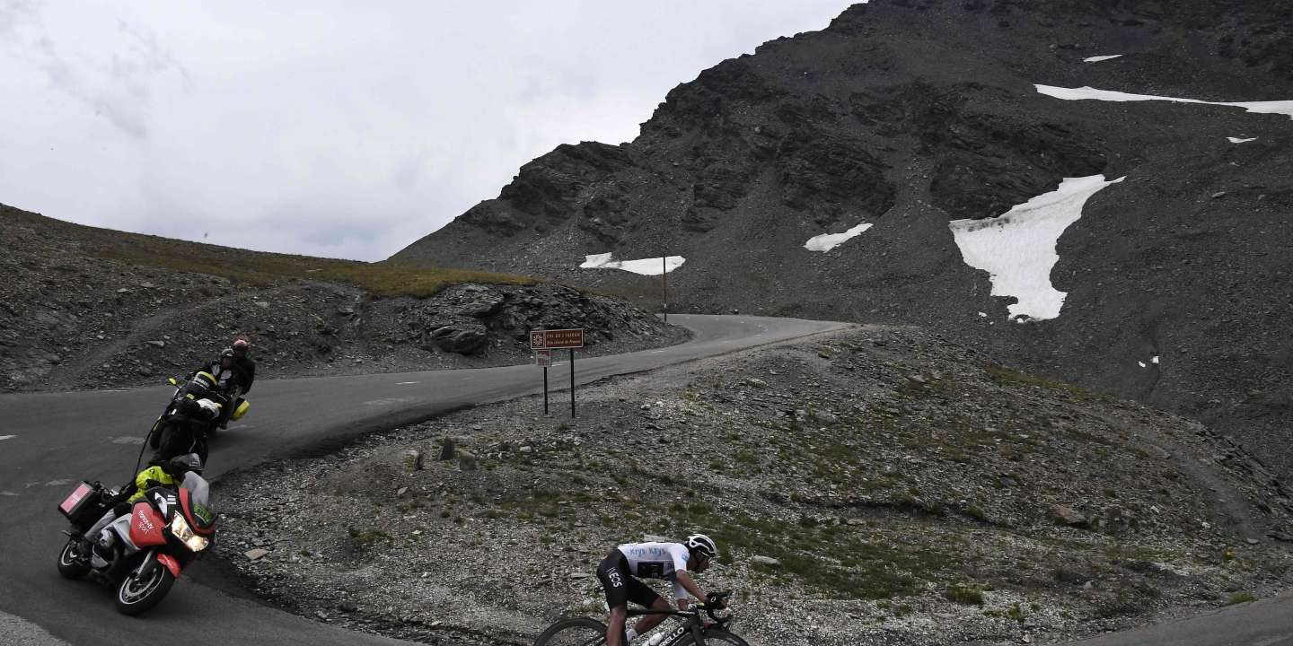 Colombia's Egan Bernal, wearing the best young's white jersey rides downhill in a curve during the nineteenth stage of the 106th edition of the Tour de France cycling race between Saint-Jean-de-Maurienne and Tignes, in Tignes, on July 26, 2019.  / AFP / JEFF PACHOUD
