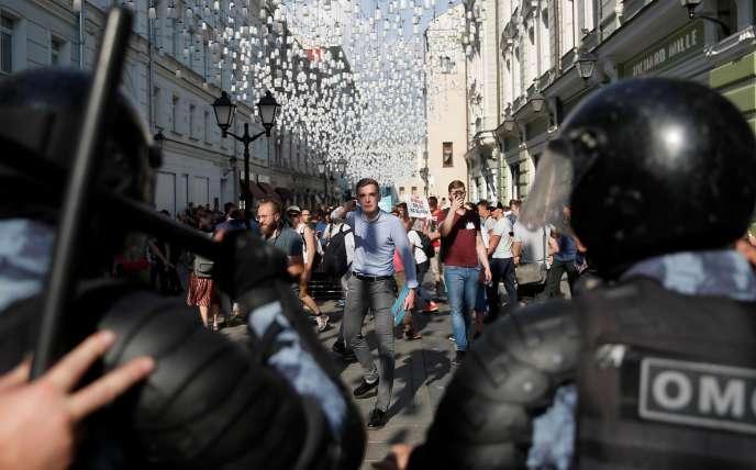 Plus de mille personnes demandant la tenue d'élections libres dans la capitale ont été arrêtées samedi par la police.