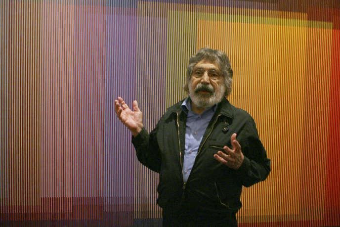 L'artiste vénézuélien Carlos Cruz-Diez parle de sonœuvre « PhysicromieNo500 » en septembre 2008, à New York.