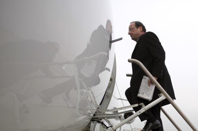 François Hollande muni du journal « Le Monde», ici à l'aéroport d'Orly pendant sa campagne présidentielle, en janvier 2012.