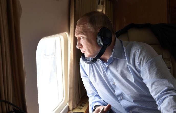 Vladimir Poutine à bord d'un hélicoptère au-dessus d'Irkoutsk (Russie), le 19 juillet.