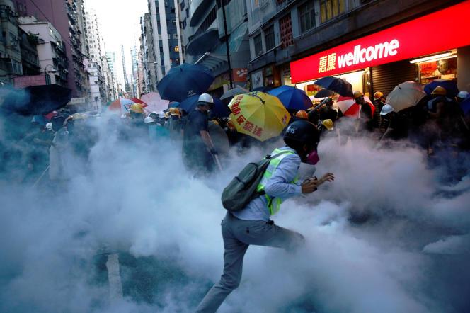 A Hongkong, heurts entre manifestants et police, prèsdu Bureau de liaison du gouvernement chinois, le 28 juillet.