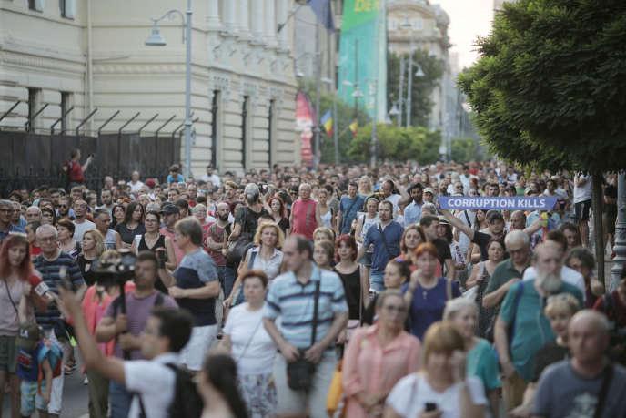 Des milliers de manifestants ont réclamé la démission du gouvernement, samedi 27 juillet à Bucarest.