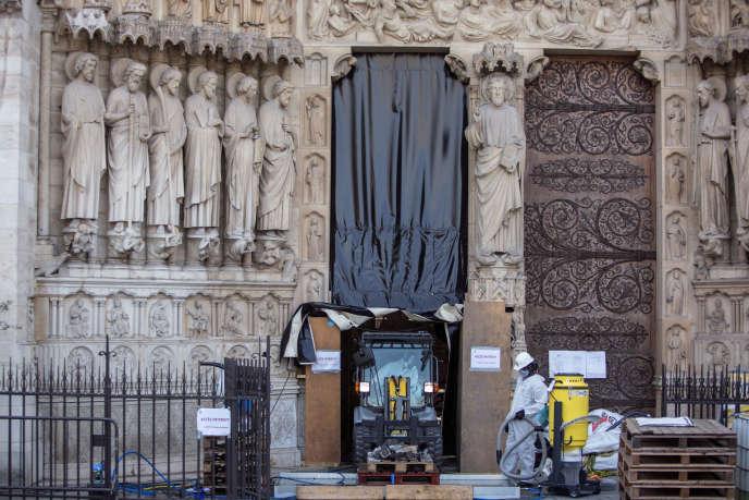 Sur le chantier de restauration de la cathédrale Notre-Dame à Paris, le 24 juillet.