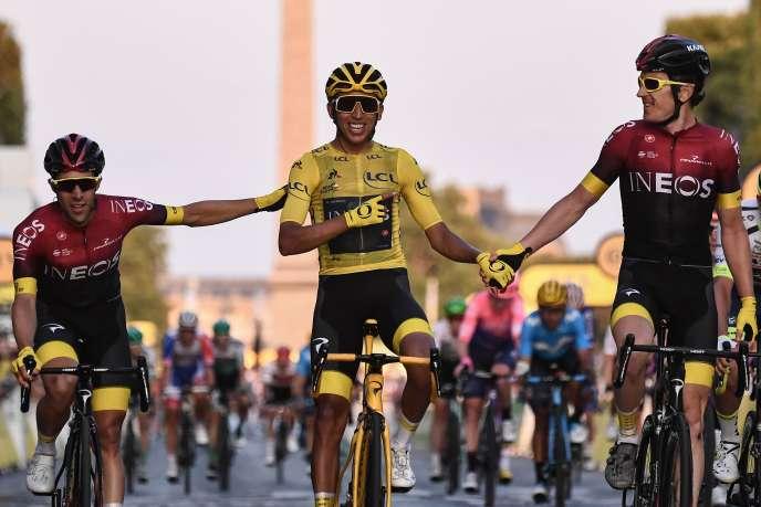 Jonathan Castroviejo, Egan Bernal (au centre) et Geraint Thomas lors de l'arrivée du Tour de France aux Champs-Elysées, le 28 juillet.
