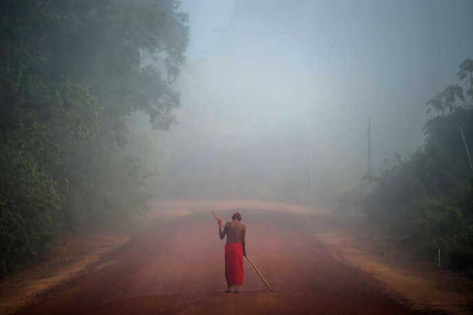 Un Wayapi près du village de Manilha, dans la région de l'Amapa au Brésil, en octobre 2017.