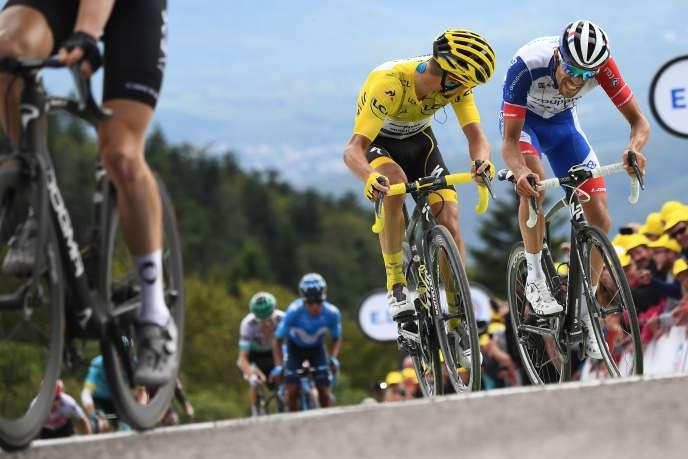 Julian Alaphilippe (à gauche) et Thibaut Pinot dans le derniers kilomètres de la 6e étape du 106e Tour de France, entre Mulhouse et La Planche des Belles Filles.