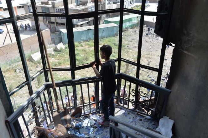 Un garçon afghan regarde Kaboul depuis une maison endommagée par une attaque le 29 juillet 2019.